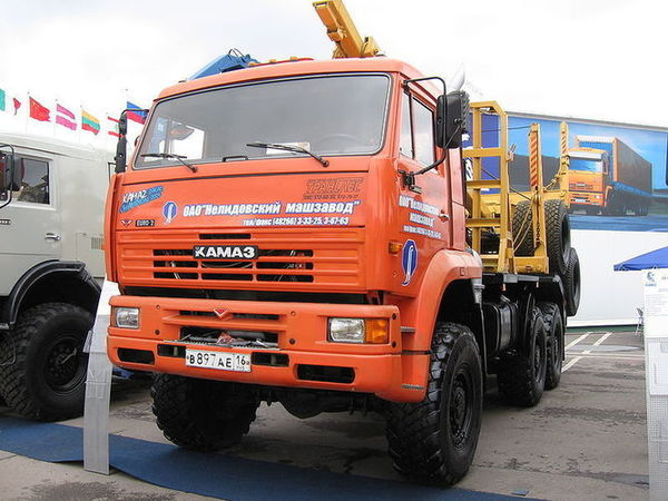800px-Kamaz_lesovoz_mims_moscow